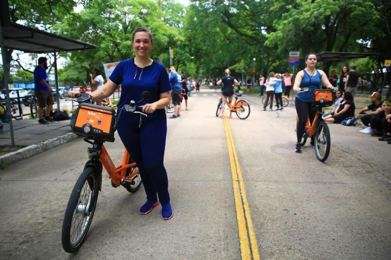 ong gaúcha faz encontro que ensina adultos a andarem de bicicleta